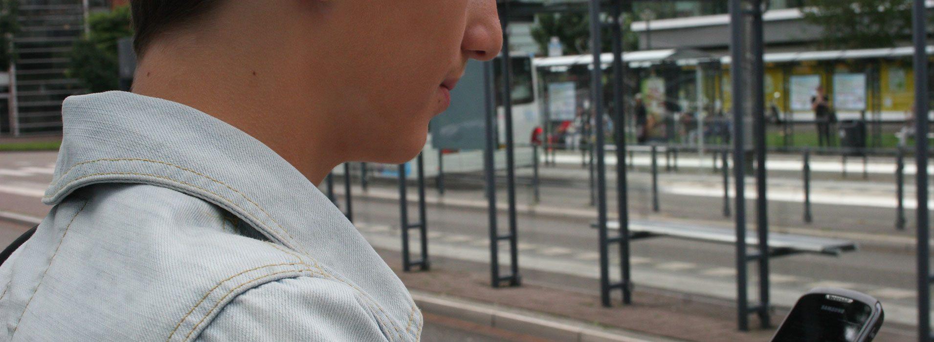 Kristian-Kijkt-hoelaat-de-volgende-bus-komt