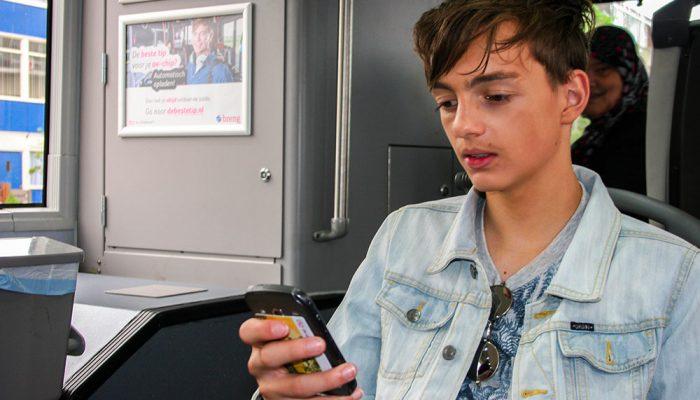 Kristian-controleert-het-na-op-zijn-app
